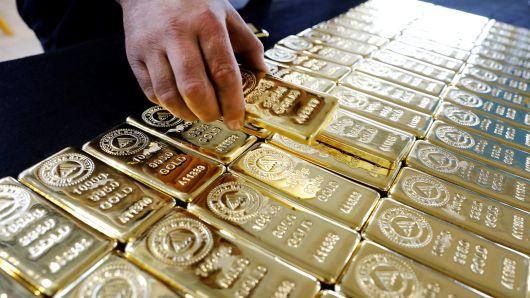 Photo of الذهب يتخلى عن مكاسبه المبكره وسط شهية للمخاطره